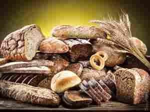 Vari tipi di pane fatti con farine, forme e metodi diversi